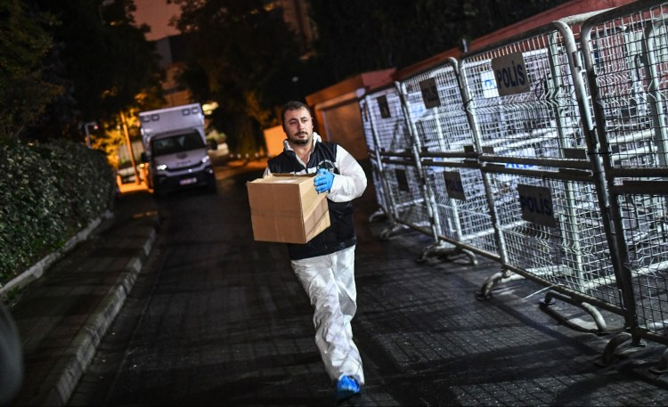 Un forense turco traslada evidencia obtenida en el consulado saudita (AFP)