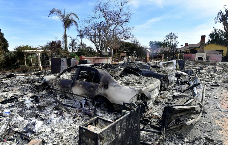 Ni garajes, ni los vehículos, ni las palmeras. Prácticamente nada quedó a salvo del fuego en Busch Drive