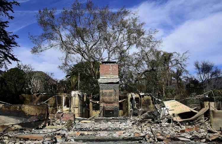 Solo la chimenea quedó en pie en una casa destruida en Busch Drive