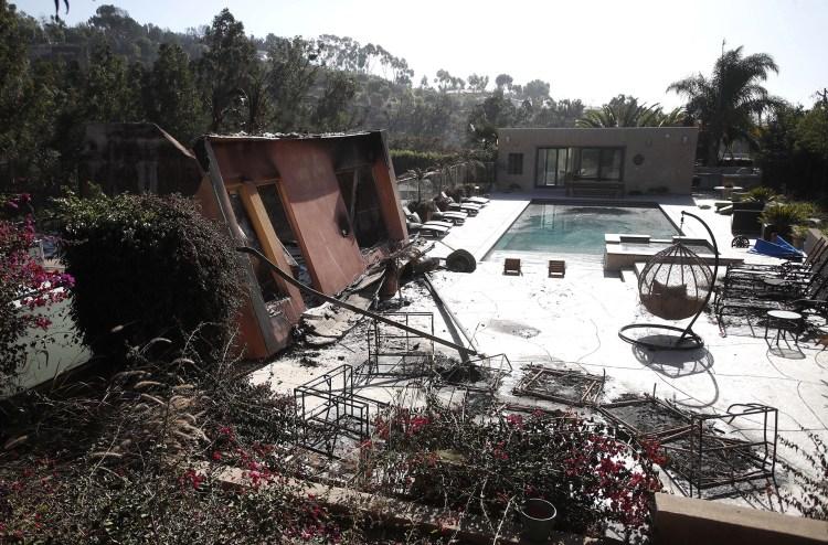 Una casa devastada por el incendio forestal Woosley cerca a una propiedad de la artista estadounidense Miley Cirus