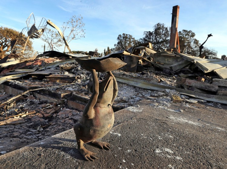 """Una figura decorativa de metal de una rana """"sobrevivió"""" a los incendios"""