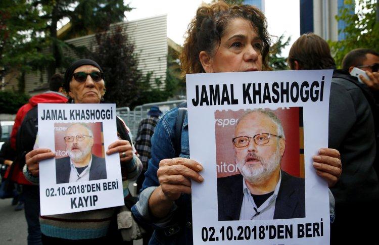Activistas por los derechos humanos exigen respuestas sobre la desaparición de Jamal Khashoggi frente al consulado saudita en Estambul el 9 de octubre (REUTERS/Osman Orsal)
