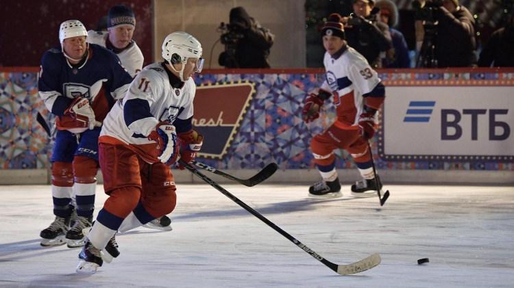 Vladmir Putin en la cancha de hockey sobre hielo de la Plaza Roja (REUTERS)