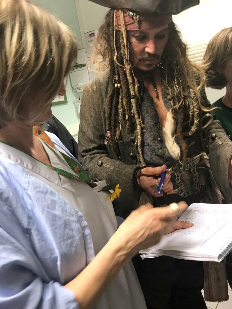 Johnny Depp visitó el hospital Curie de París vestido como su personaje de Piratas del Caribe (AFP)