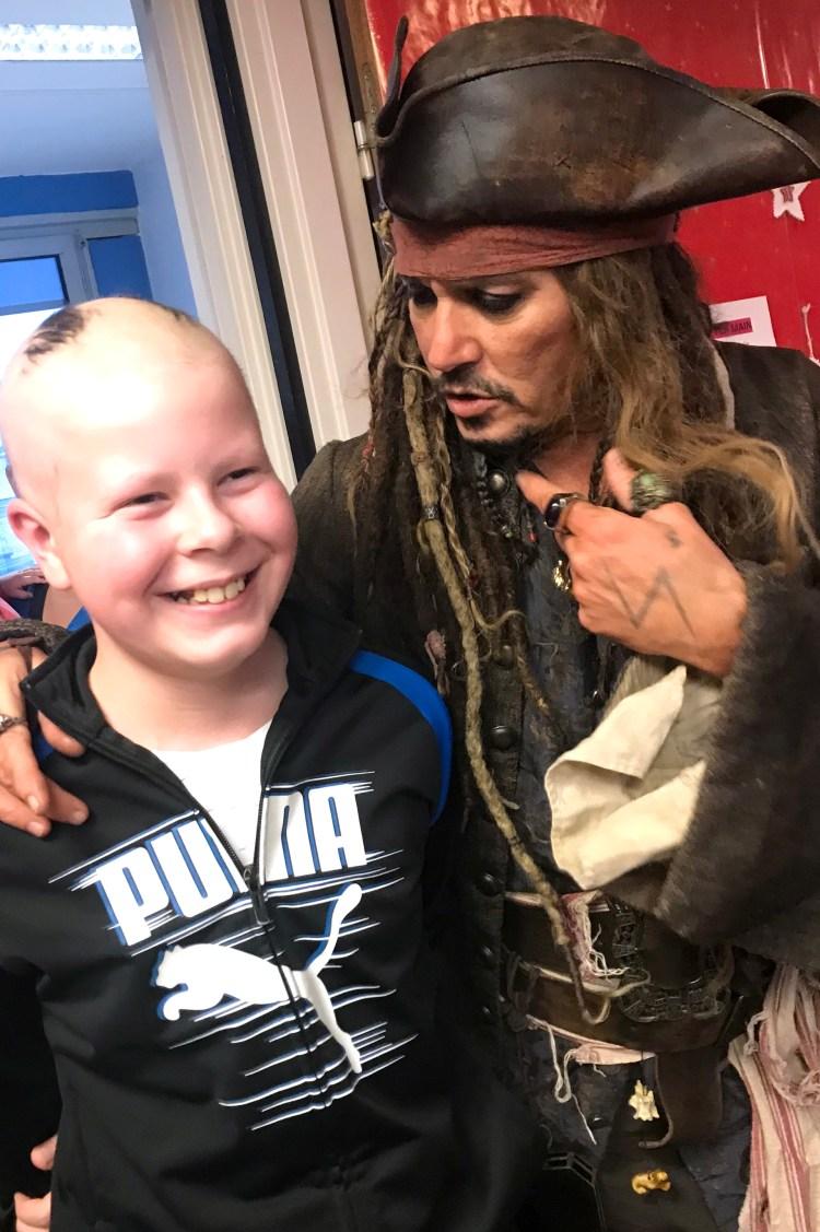 Johnny Depp junto a niños enfermos de cáncer (AFP)