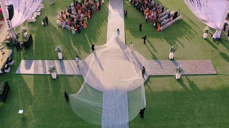 Priyanka Chopra lució un vestido blanco de Ralph Lauren con un velo de 75 pies de largo
