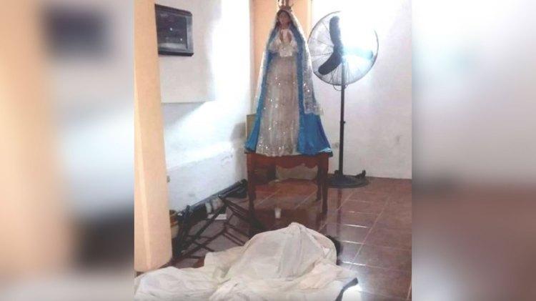 El cuerpo de la mujer quedó a los pies de la Virgen (Foto: Twitter @jfcofernando)