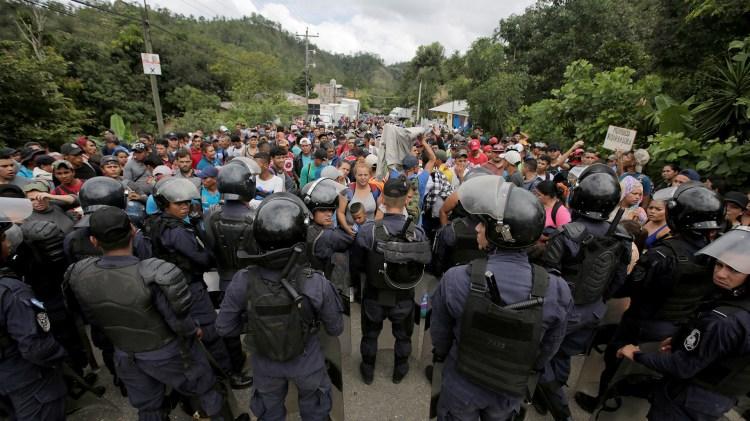 Cuerpos policiacos intentado contener el paso de la caravana de migrantes que partió de Honduras rumbo a EEUU (Foto: Reuters)