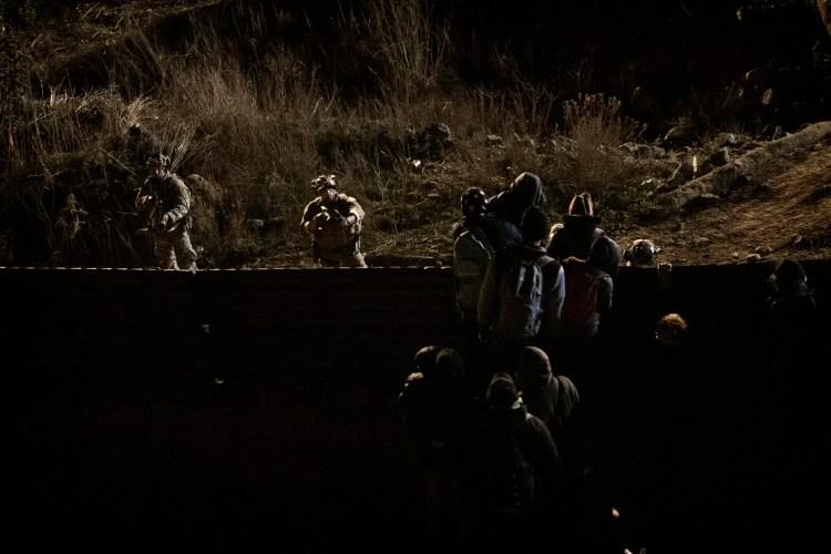 Los agentes de protección de la frontera de EE. UU. Envían a los migrantes a la parte mexicana (Foto AP / Daniel Ochoa de Olza)