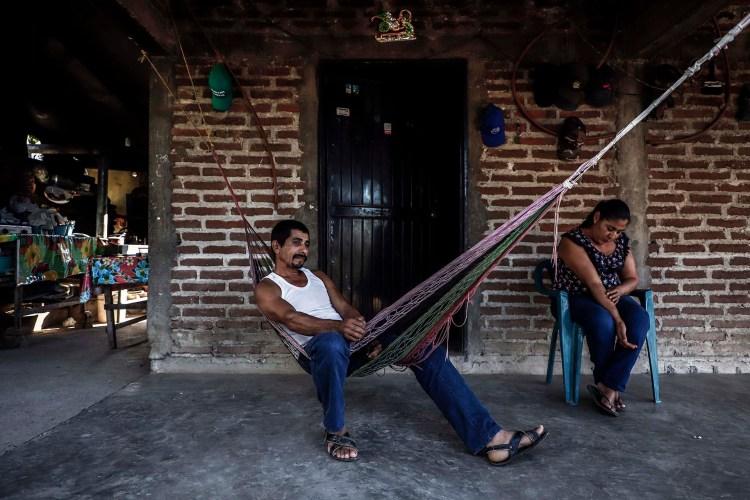 Gonzálo Robles Quinonez descansa en una hamaca (Foto: RASHIDE FRIAS / AFP)