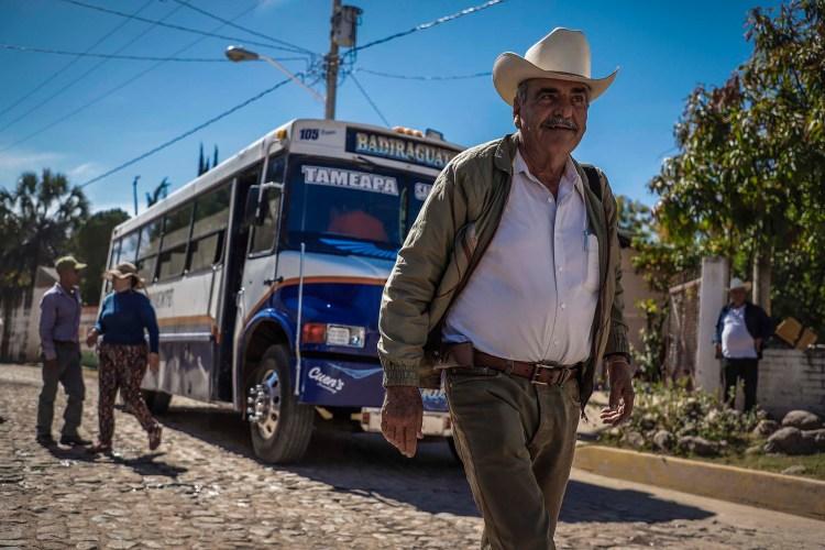 Un hombre camina en Badiraguato (Foto: RASHIDE FRIAS / AFP)