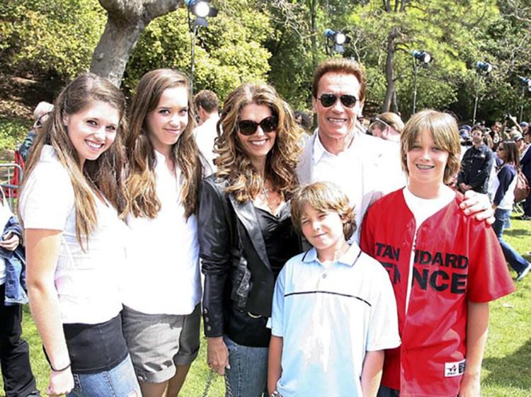 Arnold Schwarzenegger junto a María Shriver y sus cuatro hijos