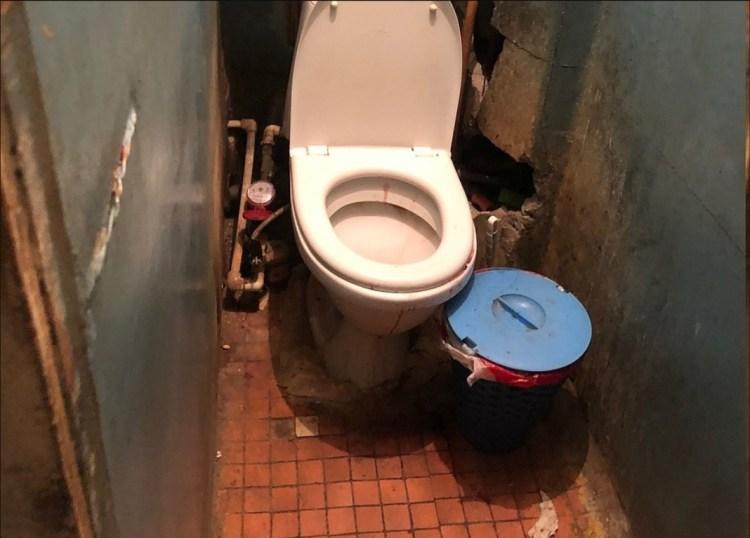 Al revisar los departamentos, la policía encontró la evidencia en el departamento de Yulia, el baño ensangrentado donde habría dado a luz antes de meter al bebé a una maleta y sacarlo al contenedor de basura Foto: (kem.kp.ru)