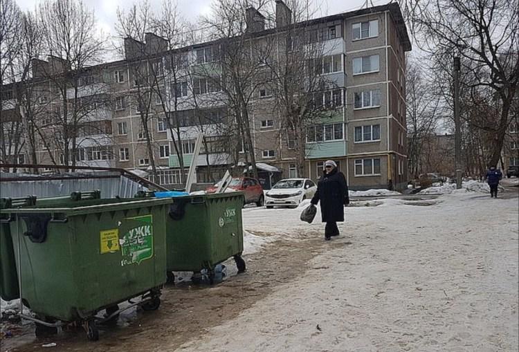 Una mujer identificada como Yulia, de 31 años, tiró a su bebé a un contenedor de basura tras dar a luz mientras bebía alcohol en una fiesta en su departamento Foto: (kem.kp.ru)