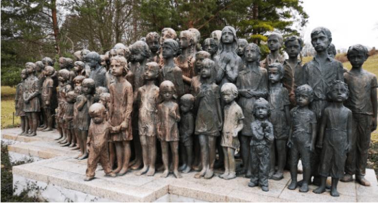 Ottantadue statue in gesso, ritraenti i Bambini di Lidice frontalmente