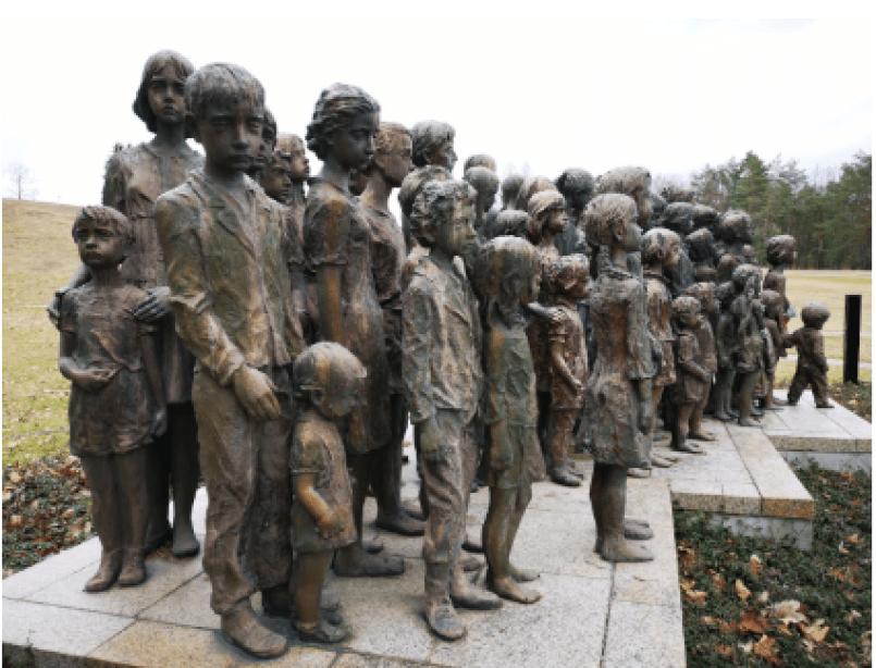Ottantadue statue in gesso, ritraenti i bambini di Lidice lateralmente