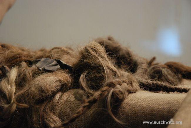 Tessuto realizzaco con i capelli femminili