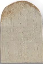 """Estela nº 5 encontrada en el yacimiento de Wadi-Gawasis/Mersa. Reinado de Menemhat III, 1853-1806. Llamada """"Estela de Amenhotep y Nebsu"""". Describe las existencia de dos expediciones diferentes por el Mar Rojo: una a Punt y otra a Bia n-Punt,"""