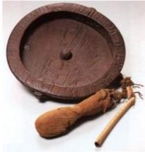 Plato de madera adivinación BaVenda. Proveniente del Norte de Limpopo, Suráfrica. British Museum. Se utiliza junto con una aguja imantada y lleno de agua.