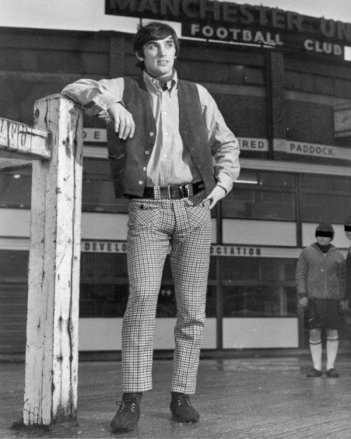 George, joiven mod, fuera del estadio de Manchester United