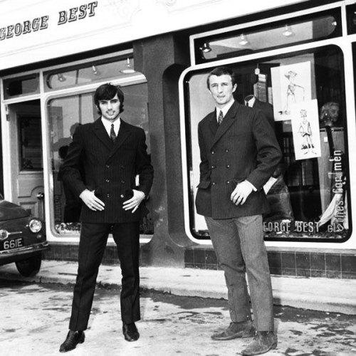 con su socio Mike Summerbee, delante de Edwardia, su primera boutique (1966)