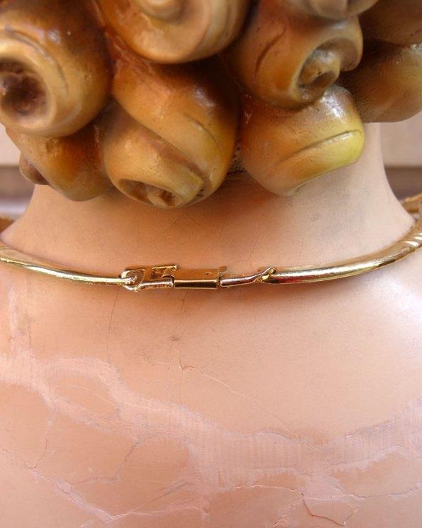 Gargantilla dorada con incrustaciones de cristal