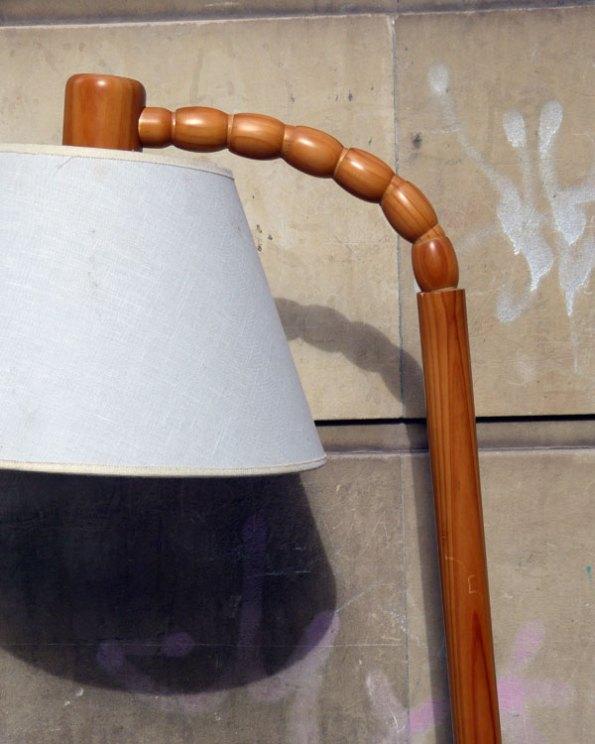 Lámpara de pie de madera articulada