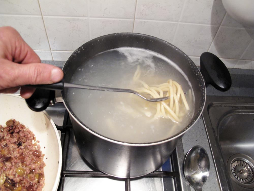 Pici con salsiccia, cottura della pasta