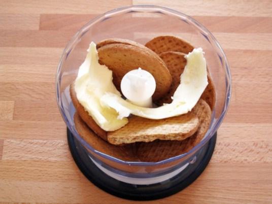 Cheesecake di yogurt e lamponi, preparazione della base