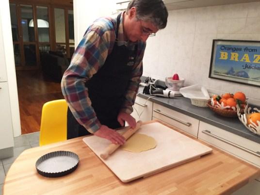 Crostata alla crema di limone e cioccolato, il cuoco all'opera