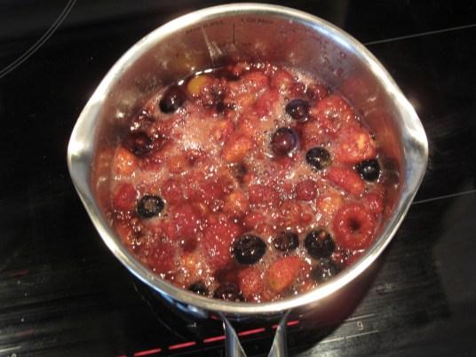 Crostata con crema frangipane e frutti di bosco