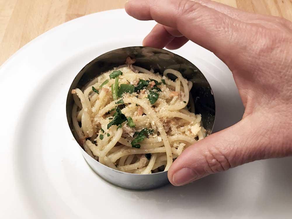 Spaghetti aglio olio e peperoncino con tonno e acciughe