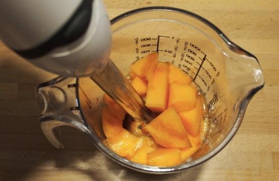 Crema di melone con prosciutto crudo saltato