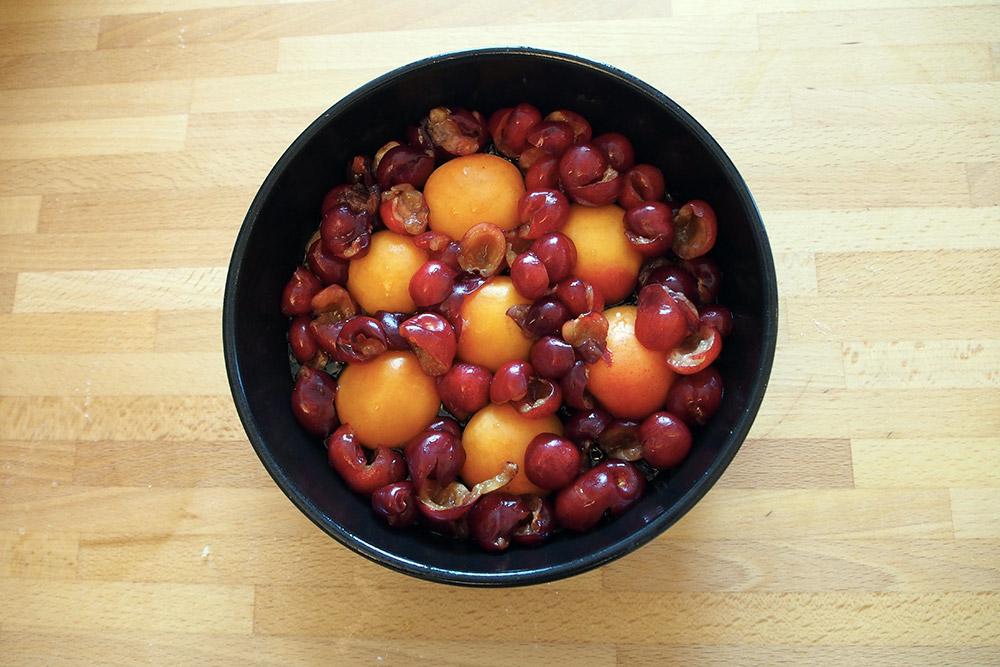 orta rovesciata di ciliegie e albicocche