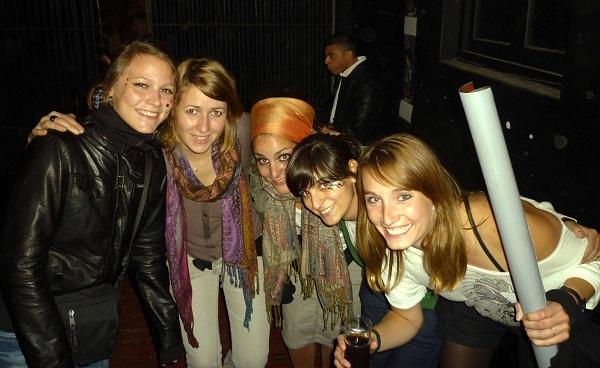 Con amigas durante la Noche de la Nostalgia en el Museo del Carnaval