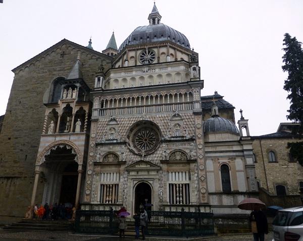 Frescos italianos del interior del Duomo en Bérgamo
