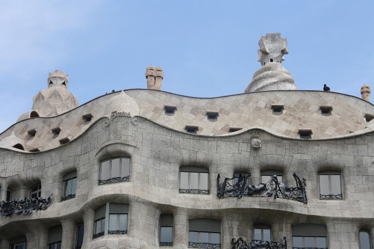 detalle de la fachada de la pedrera de gaudí en barcelona