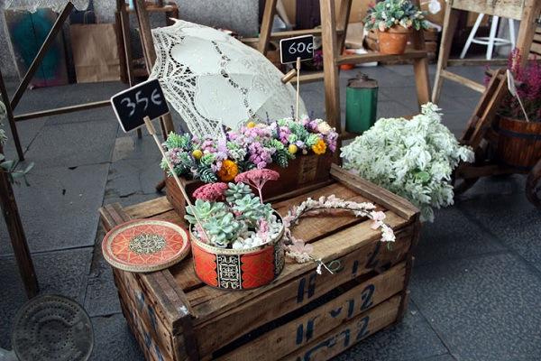 Flores en el columpio en el Mercado de Motores
