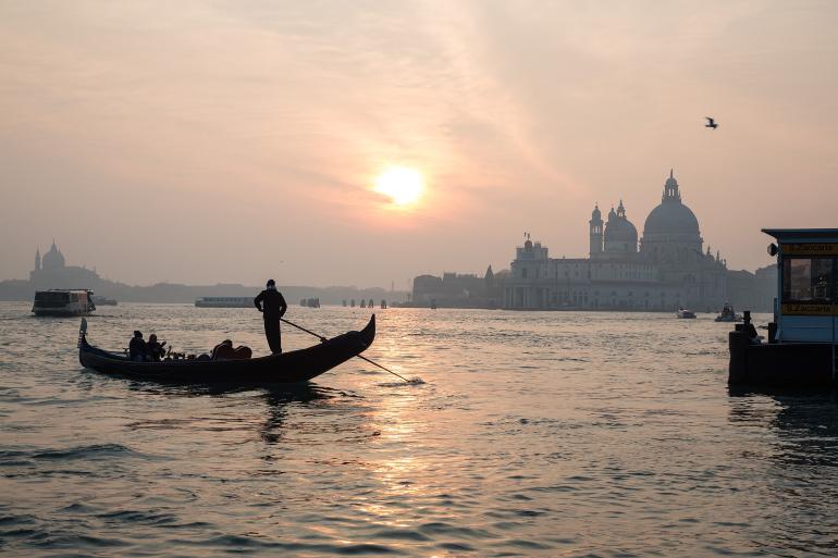 Góndola en el canal de venecia