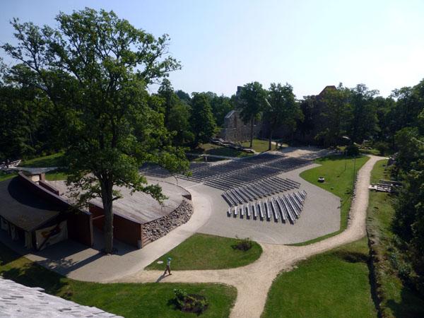Anfiteatro del Castillo Medieval de Sigulda en el parque nacional de gauja