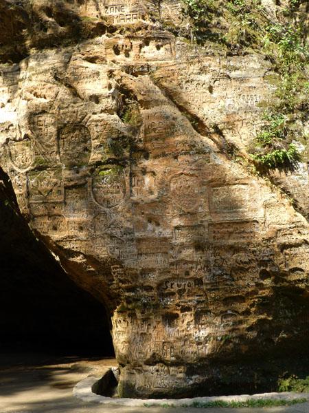 Inscripciones de amor de la cueva gutmana en el parque nacional de gauja
