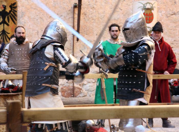 combate medieval de 2 contra 1 en el castillo de belmonte