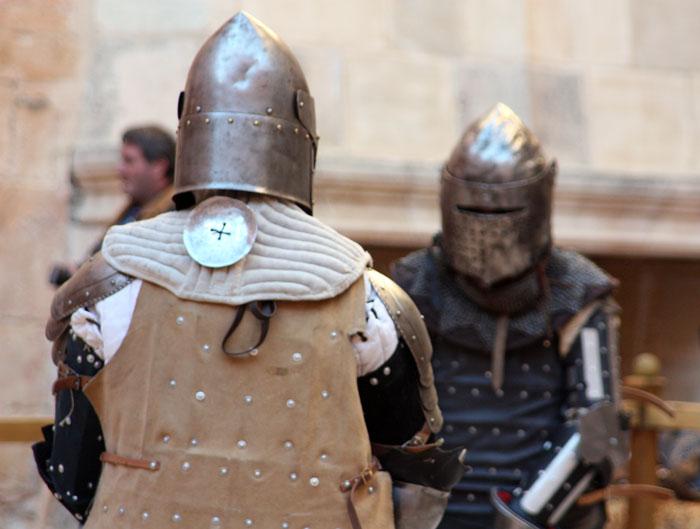 luchadoras durante el entrenamiento de combate medieval
