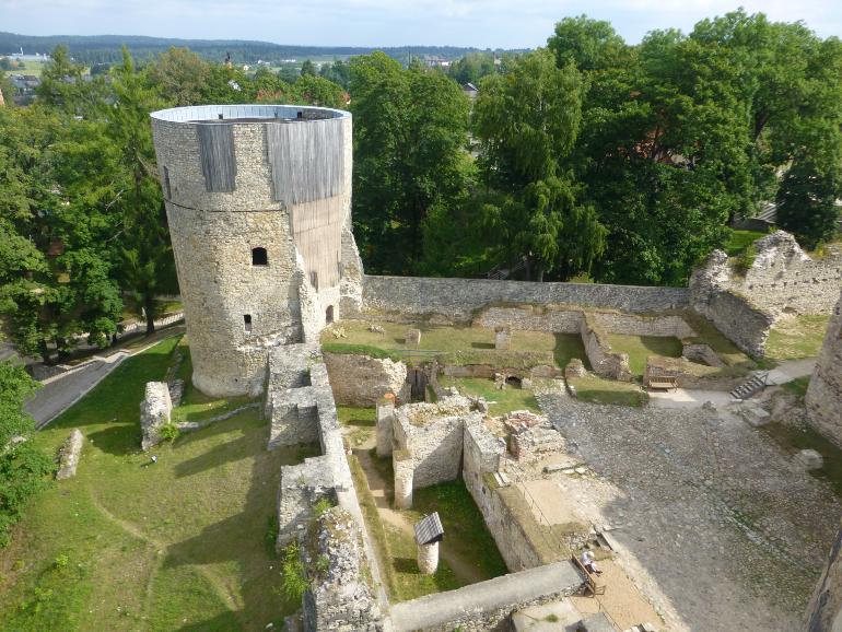 vistas de las ruinas del castillo medieval desde la torre occidental