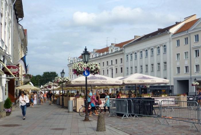 Raekoja-Plats-plaza-del-ayuntamiento-de-tartu-en-estonia-2