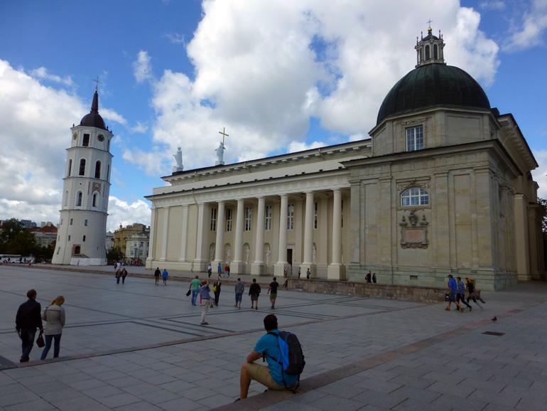 plaza-de-la-catedral-de-vilna-2