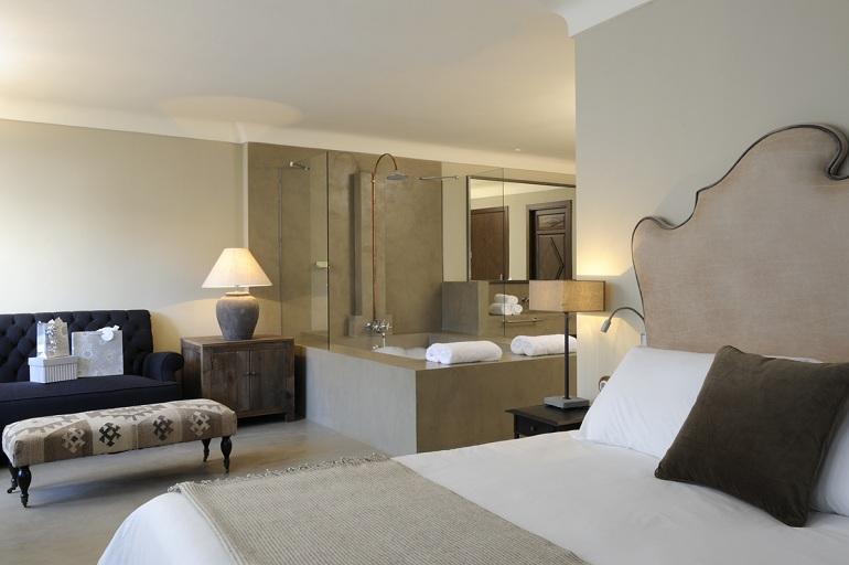 Habitación con cama doble del Palacio Carvajal Girón