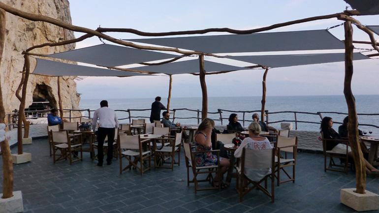 terraza-cova-den-xoroi-menorca