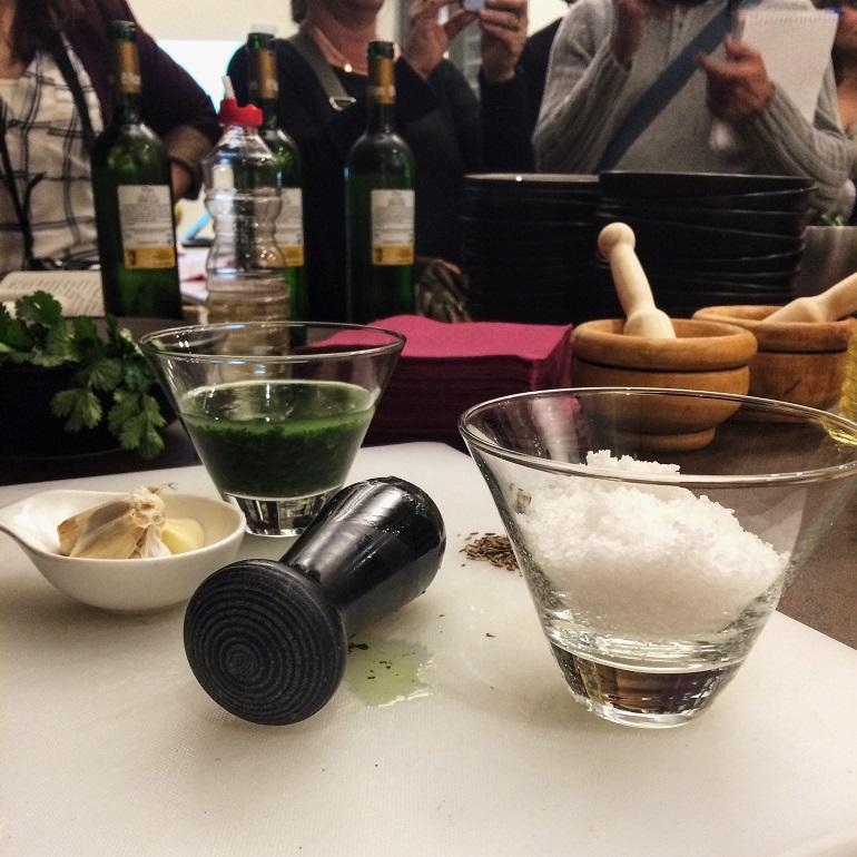 preparacion-mojo-verde-gastronomia-de-la-palma
