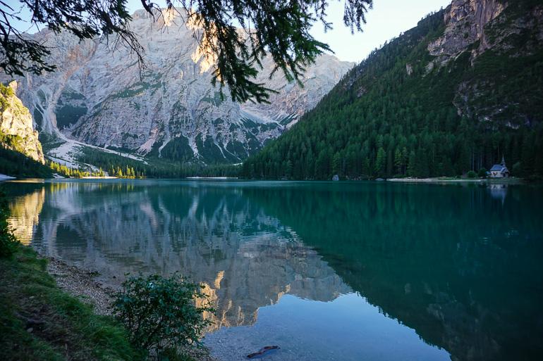 capilla-aguas-esmeralda-lago-di-braies